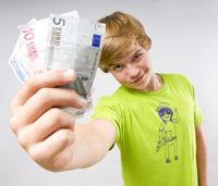 Junge verdient Geld