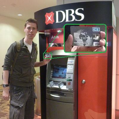 Autor mit DKB Visa Card vor einem Bargeldautomat am Flughafen Singapure