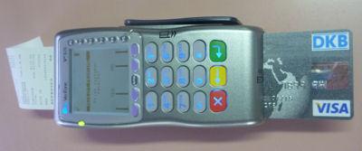 DKB Visa Card im mobilen Zahlungsterminal.