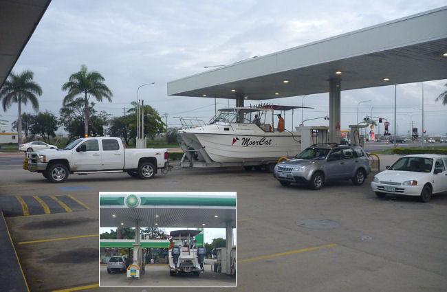 Boot an der Tankstelle