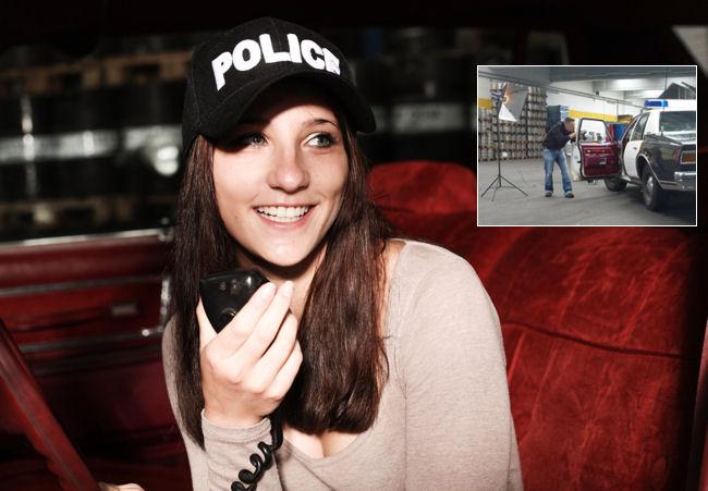 Rebecca im Polizeiauto